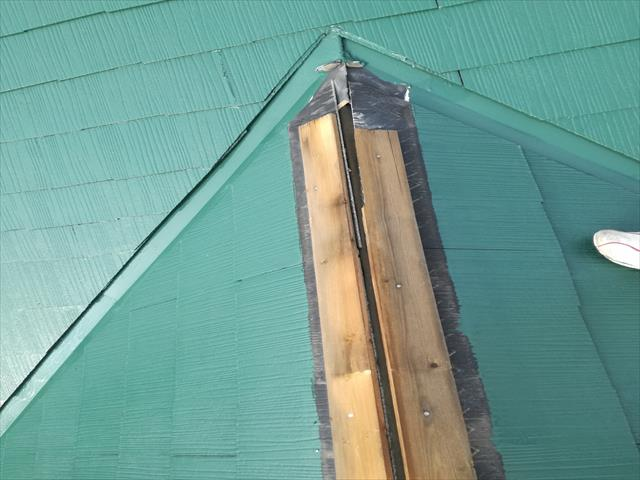 屋根構造の原理から考えると、大棟を包む板金が最終アンカーであり、バトンを渡される以下の屋根材で守っているのです。 アンカーである棟包み板金がない状態は、雨漏りし放題の状態にあると言えるので、すぐさま対処をしておくべきだと言うことになります。
