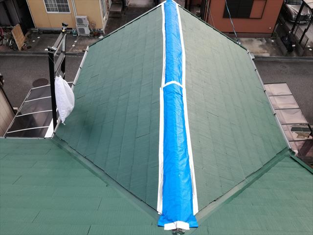 使用するブルーシートは、少なくとも半年(6カ月)は雨漏りを防ぎ、本格的な復旧工事が終わるまで、被害を出す事はありません。 ブルーシートを留め付けるブチルテープは、特殊な建築素材であり、剥がす時に難儀するくらいの接着力を兼ね備えている物です。