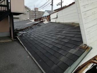 台風21号の強風は屋根を吹き飛ばすだけでなく、建物ごとなぎ倒し、屋根を地面にたたきつけた