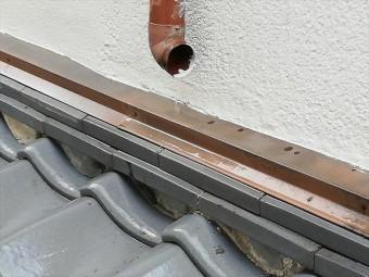 伊丹市の瓦屋根で雨どいが壊れたままのお宅では、集中した雨水が瓦の下に回ってしまいました。