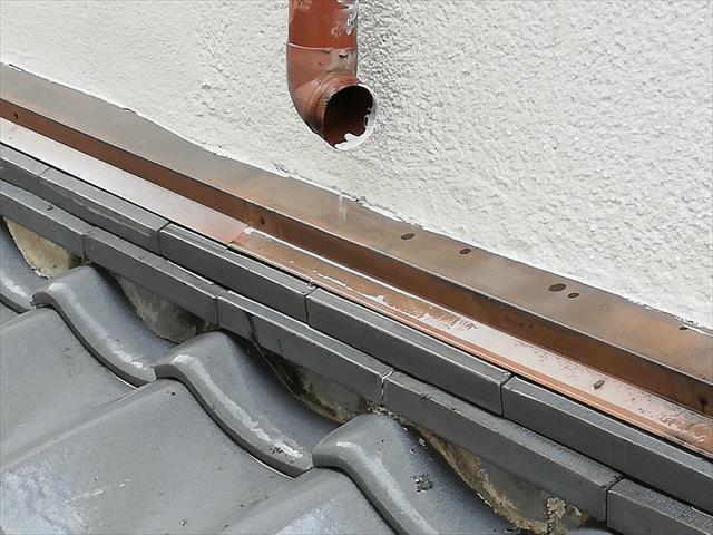 宝塚市で大屋根から集水器を経由して竪樋により落とされてきた雨どいは、下屋根(下屋)の上で割れてなくなってしまい、瓦の下に相当な雨水が回ってしまった。