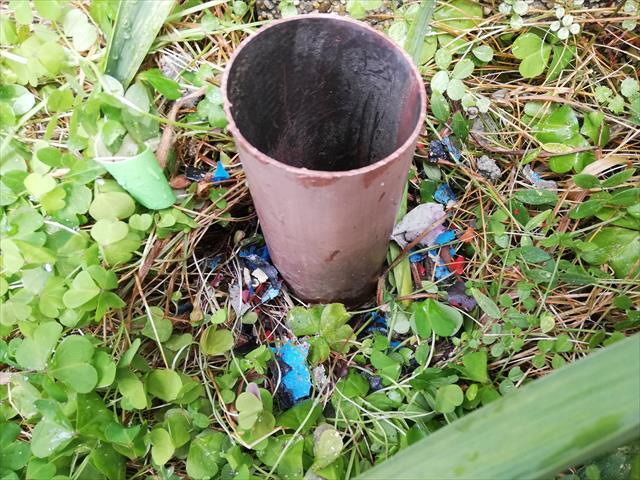 P型集水器から雨水が溢れ出る竪樋を詰まらせていたものは、上階のバルコニー土間に塗られた塗料片がはげ落ちて堆積したものだった。