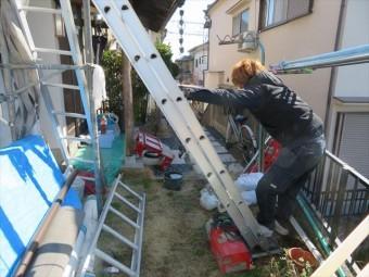 屋根の上から瓦と葺き土を下ろす時に必要な昇降機ユニパ―を設置します。