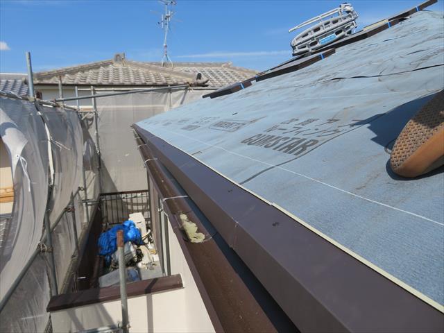 軒先に水切り板金を敷設する理由は、軒先から滴る雨水は、毛細管現象でじわりと鼻隠しに伝う水分も出ますので、それを金属板で受け流すためです。 軒先の水切り板金は「唐草(からくさ)」と呼ばれ、金属加工成形技術が身近になった現代では、安価で質の良いガルバリウム製の物が手に入ります。