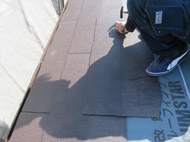 千鳥張りとは、互い違いにカラーベストを張っていくことです。互い違いとは、次の段の屋根材の中心は、下の段の屋根材の中央に置く状態です。