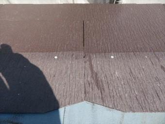 水下のカラーベストの中央に水上のカラーベストの張り継ぎ目が位置するように張ってありますが、その張り継ぎ目に隙間があります。