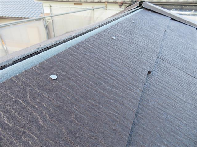 高槻市の寄棟屋根は瓦と葺き土が取り除かれた後、大棟まですべてカラーベストで葺き替えられました。