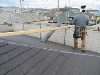 高槻市の屋根葺き替え工事でスレート<コロニアル・カラーベスト>も検討した。瓦よりもはるかに軽量で耐火性、断熱性に優れ、地震にも強くなり、風災を受けても部分補修が安価に簡単にできる屋根材です。
