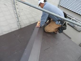 棟包み板金の大きさ(幅)に合うよう貫板を留め付けますが、仮で棟包み板金を被せて、貫板の位置を確かめます。
