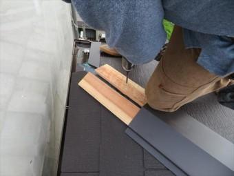 貫板の位置が決まったらコンパネビスで留め付けます。カラーベストはスレートですので、コンクリートビットで下穴を開けます。