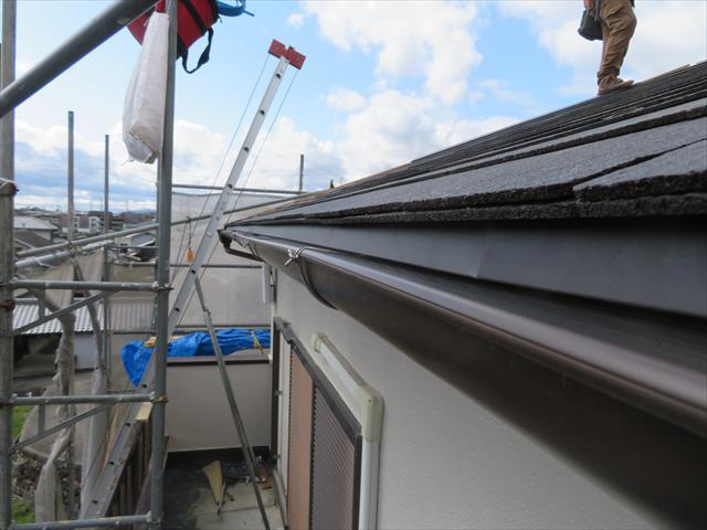 軒先が1枚分浮き上がり、スターターと縁が切れているだけで水切れが良くなり、雨水が伝い流れしにくくなります。
