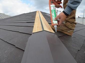 棟包み板金の継ぎ目にはコーキング剤を仕込んでおきます。4寸5分の勾配がありますので、雨水が逆流することはありません。 雨降りの日に強風が吹くことが年に何回かはあります。