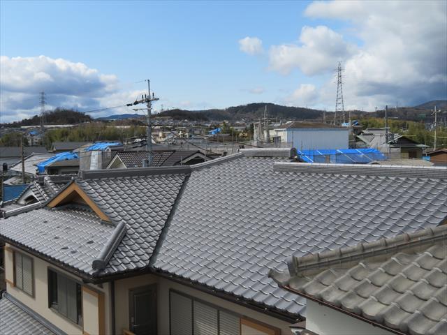 大阪北部地震から半年以上経過した今でも360°見渡すと10軒以上のお宅の屋根にブルーシートが架かっている状態が見えます。