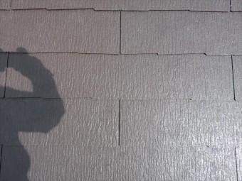 カラーベストの千鳥張りと、働き部分(張り重ねられず表面に露出する部分)に設計上生じる隙間は、熨斗瓦の千鳥積みと同じ理屈が働きます。