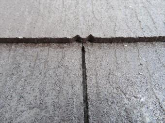 千鳥に張られた張り継ぎ目の1段上は、定寸のカラーベストの中央部分が位置します。鼻先のような形状をしていますが、これも同じ働きをして水切れが良くなっています。