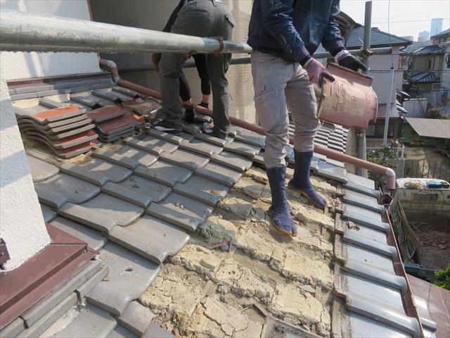 下屋の瓦を剥がしていくときも、軒先マンジュウ瓦は最後まで残しながら剥がしていきます。