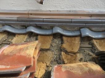 ほとんど健常な黄土色をしていましたが、西側の下屋根は少し赤茶色に変色していました。雨水が回っていた証拠です。 大屋根から集水器に集められた雨水は竪樋でこの下屋根の上を経由して、下屋根の軒樋に合流させていましたが、風災で割損しています。 寄棟屋根の1面の雨水がここに集中して排水されていたために、降雨量が多いときは、瓦下に流れ込んでいたのです。