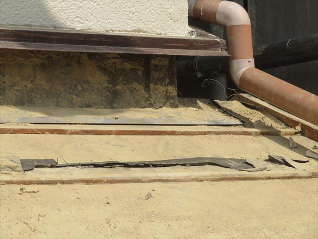 瓦と葺き土がすべて取り除かれた下屋根は壁際の土井熨斗が積まれていた部分に大きな隙間が残ります。