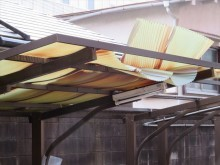 春一番の強風はカーポートの波板を破壊した