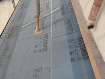 改質アスファルトルーフィングの「GUMSTAR」は最高級品のひとつで、雨どい破損による雨漏り寸前状態が確認されたことから、遮水性能を上げたい箇所への対策としました。
