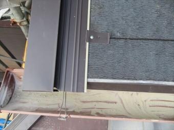 ケラバには包み形状の水切り板金が用意されます。水切りの平面にも雨水が流れることが想定されますので、真上から直接ビスを打つのではなく、吊り子を引っ掛けて固定します。