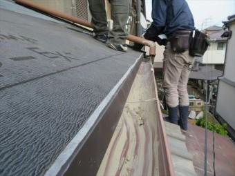 軒先の唐草は、ルーフィングシートで覆いかぶされますので、真上から直接ビスで固定しても、雨水が回ることはありません。