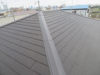棟とは屋根面と屋根面が接した一番高い部分を言います。それが屋根の中腹でも、出会う屋根面にとっては一番高い部分には変わりありません。 寄棟屋根では大棟のほかに、隅棟がそれに該当します。