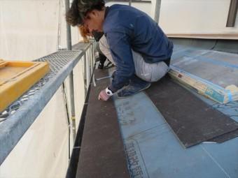 広小舞と同じ働きをするスターターと呼ばれるカラーベストです。軒先だけべた置きになると、2段目以上のカラーベストと屋根材の勾配が異なってしまうのを補正しています。