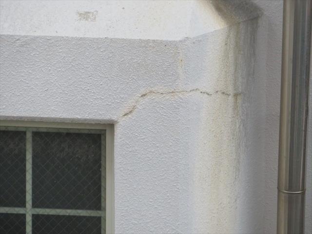 鉄筋コンクリートの外壁に生じた窓枠際のクラックから雨水が入っている事が判った。