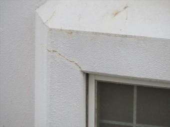 鉄筋コンクリートで造形された出窓の角部には地震に因ってクラックが入ってしまった