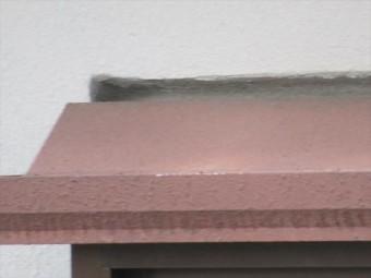 鉄筋コンクリートビルの出窓周囲のコーキング劣化で雨漏りが始まった。