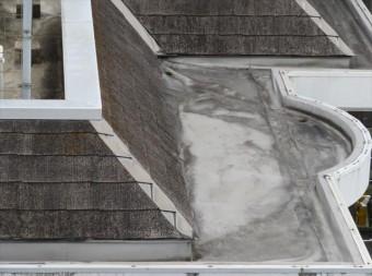 屋上の排水側溝の塩ビシート防水膜は、30年を経過して継ぎ目の密着性を失っている可能性が高い