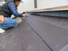 ルーフィングシートは雨押え板金内部の壁面頂部まで立ち上げて敷き込んでいます。仕上がると見えない内部まできちんと雨養生をしていると安心できます。