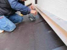最奥部には既成の釘穴がない位置になるので、コンクリートビットで下穴を開けますが、雨押え板金があるので難しい作業です。