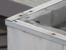 屋上パラペット天端まで設けた塩ビシート防水層は専用アングル材を接着剤と熱溶着させて雨水が入らないよう雨仕舞する