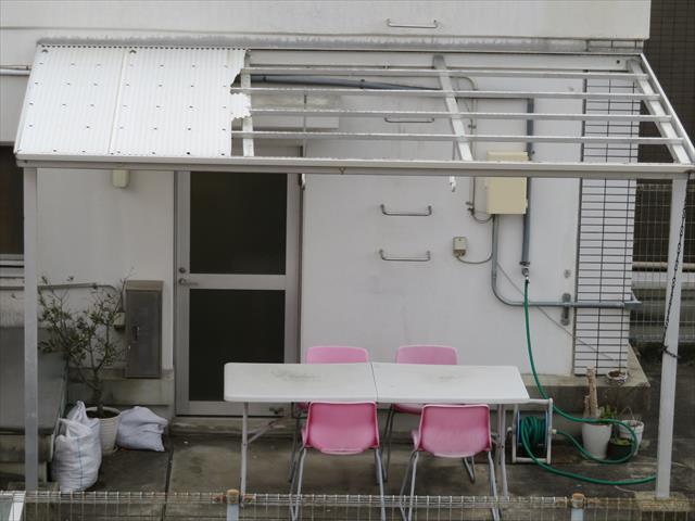 阪急石橋駅前ビル屋上のテラス屋根の波板が割れた原因は台風