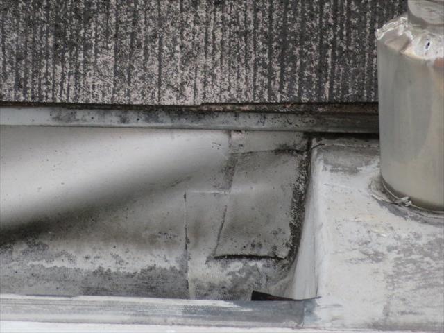 屋上塩ビシート防水膜の継ぎ目が経年劣化で浮き上がり雨漏りし始めている可能性がある
