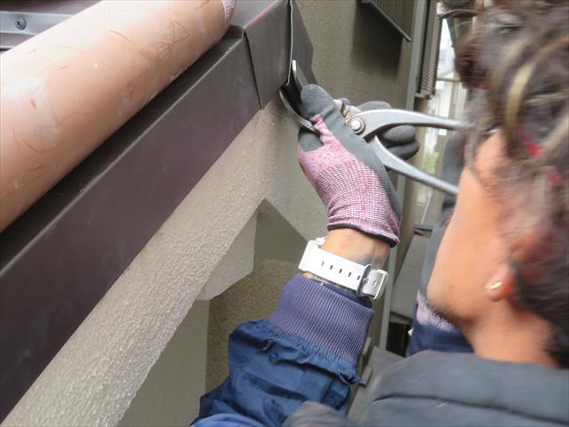 棟包み板金の妻部分はケラバ水切り板金に折り返し巻き込ませることで、妻の強度が格段に上がります。つかみで180°折り返します。