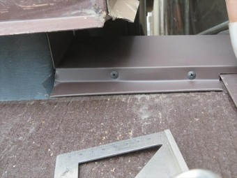 玄関上の下屋根には、瓦1枚分の折り返し屋根が存在しますので、小さいながら棟があります。これもきちんと棟包み板金を設置します。