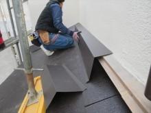 壁際雨押え板金は、さらにココナツブラウンに焼き付け塗装仕上げされたガルバリウム鋼板で化粧包みをします。
