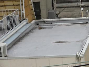 勾配が極端に緩い状態、例えば陸屋根のように水平な屋根の面積は建物の床面積と同じになります。