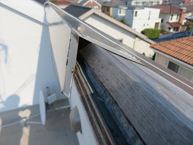片流れ屋根の大棟に使用する既製品の棟包み板金が使用されている事が解りました。 屋根資材の最終ランナーでアンカーを務める大棟包み板金の留め付け方法が脆弱であった事が被害を発生させた副因である事が解かりました。