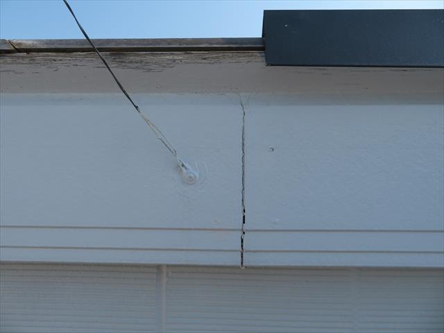 屋根から滴り落ちる雨水や、吹き付けて来る雨水から軒先を遮水する鼻隠し板の継ぎ目のコーキングが劣化している事も判りました。