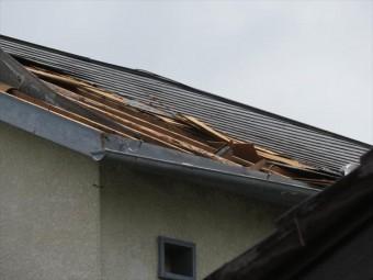 猛烈な強風被害である風災を受ける屋根調査の上でその特徴を分析すると、ある二つの大きな特徴が浮かび上がり、内部劣化と強風被害(風災)であることが解った。