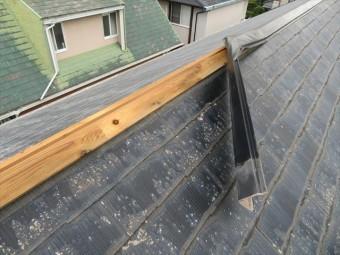 西宮市で棟包み板金が剥がれたままでお困りの方は街の屋根やさん宝塚店へお問合せ下さい。屋根修理業者の手が追い付かない中でも、大工歴50年のベテラン職人が早期に修理解決します。
