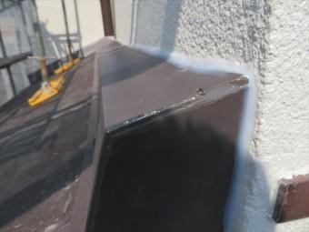 屋根に勾配がついているので、壁際雨押え板金を包む化粧板金にも勾配がつきますが、それでも雨水侵入の可能性が残ります。 その可能性は排除しなければなりませんので、継ぎ目と言う継ぎ目は、コーキング剤でシール処置をします。