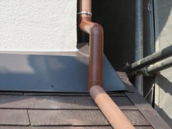 左の写真が西側の下屋根の這樋で、右の写真が玄関上の下屋根の這樋です。壁際雨押え化粧板金よりも、少し多めの空間を取っています。 ピッタリと板金に沿うように取付施工をしても良いのですが、将来板金の修理をする時に、竪樋を固定するデンデンを外すと自由になり、十分な作業空間を得られます。