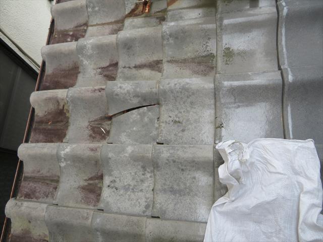 高槻市でも台風の影響を受けた隣家の瓦が飛んできて自宅の屋根に激突し、下屋の平瓦が割れてしまう事例が発生した。