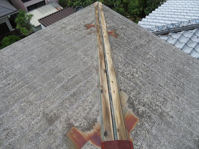 川西市で棟包み板金が剥がれたままでお困りの方は街の屋根やさん宝塚店へお問合せ下さい。屋根修理業者の手が追い付かない中でも、大工歴50年のベテラン職人が早期に修理解決します。