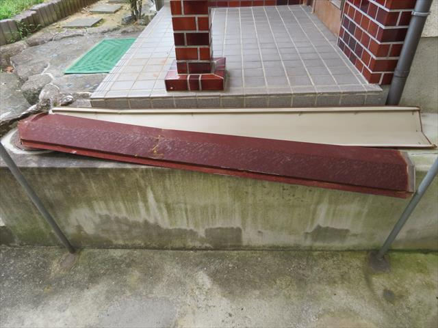 川西市スレート(カラーベスト)で葺かれた寄棟屋根の隅棟板金が台風20号の強風で剥れて落下した